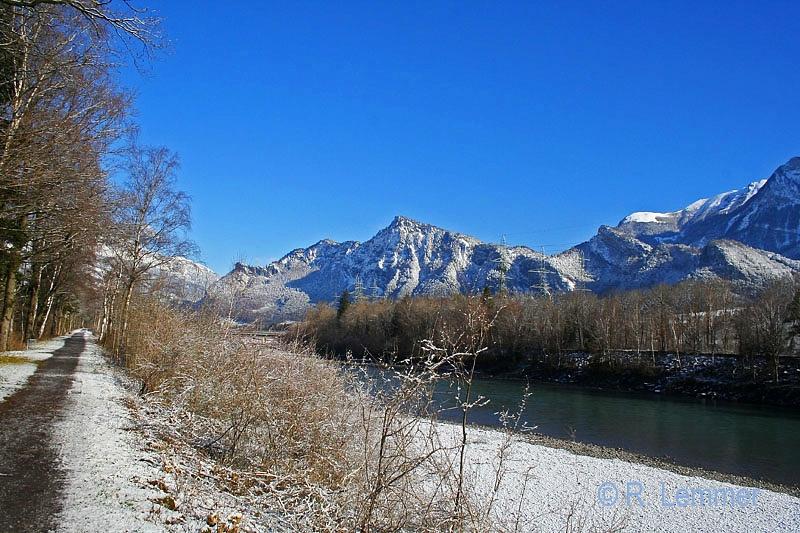Schneebedeckte Berge am Rhein