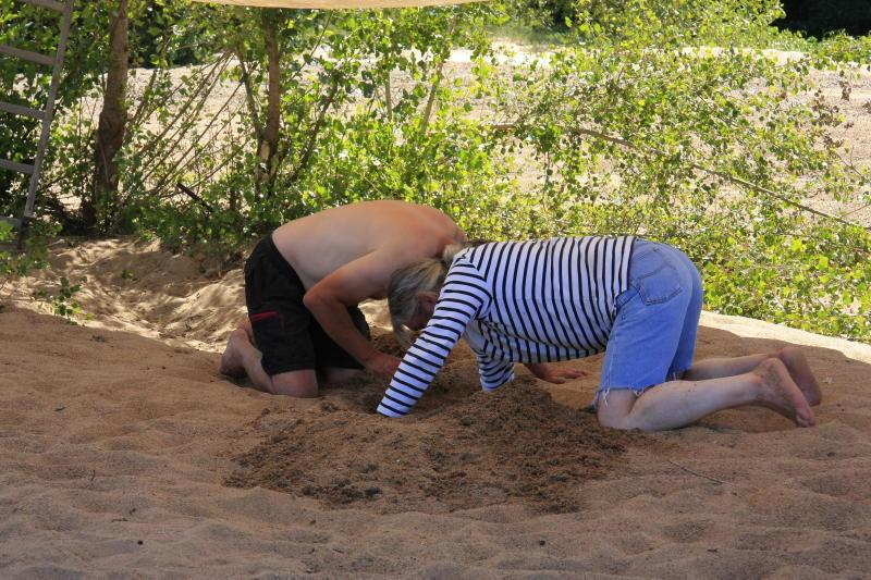 Il n'y a pas que les enfants qui s'amusent dans le sable
