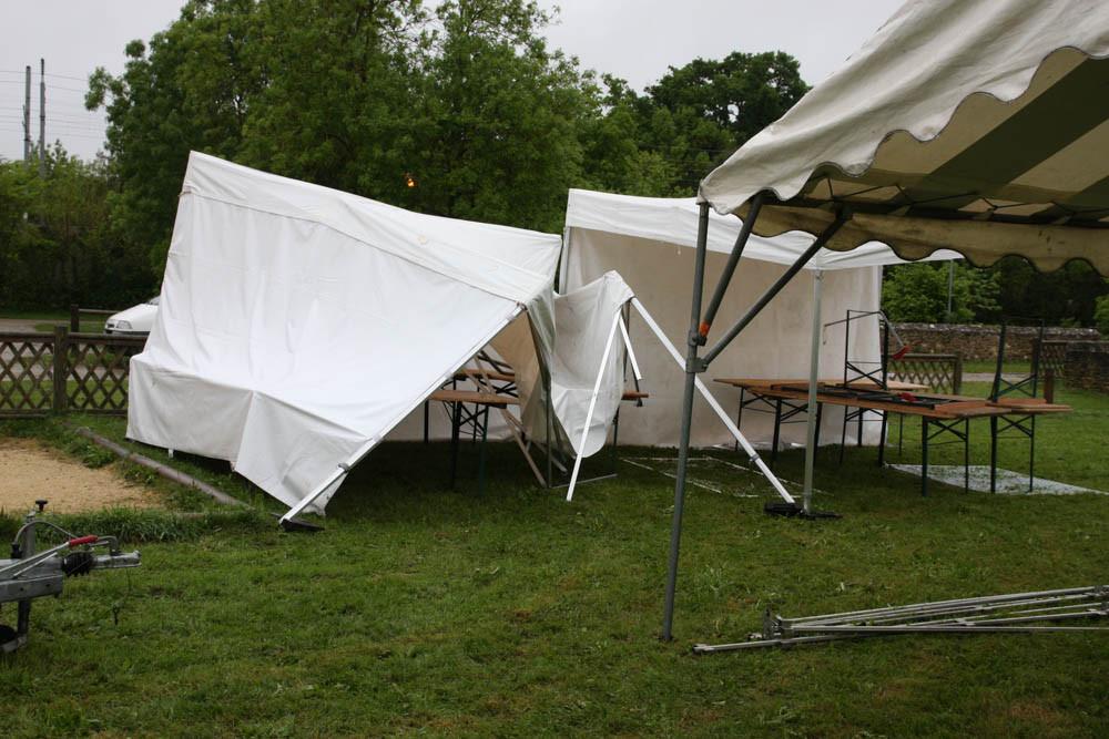 Avec la pluie et le vent de la nuit = une tente cassé et 2 abaissées par la pluie