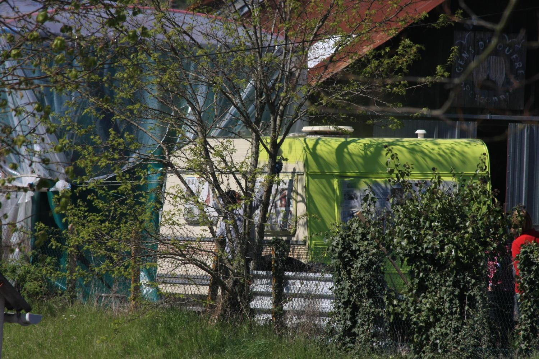 Vincent peint la caravane au pistolet c'est un artiste