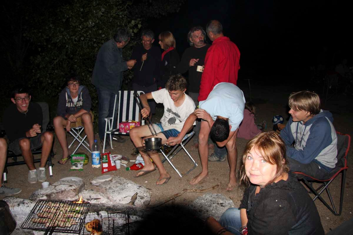Les jeunes cuisent des PopKorns
