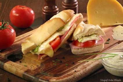 Croque Monsieur mit Schinken, Tomate, Käse und Eisbergsalat