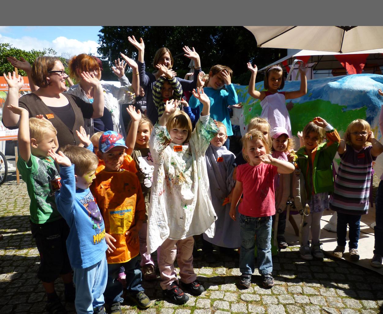 Glückliche Kinder nach dem FEST