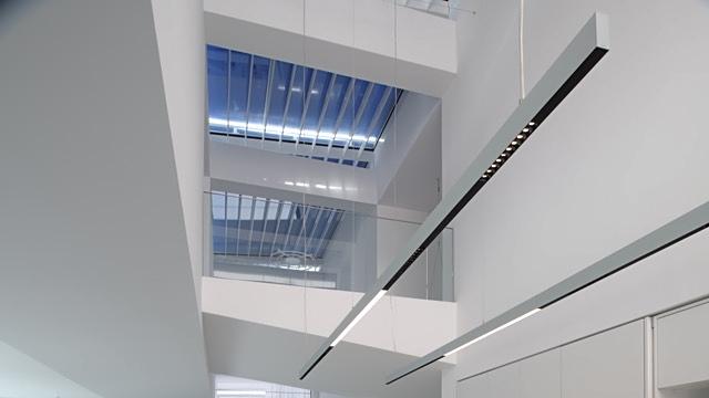 Der Blick hoch zu den drei großen Oberlichtern in der zweigeschossigen Galerie, Foto: Daniel Hartz