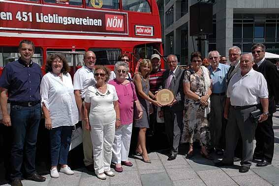 Bei der großen NÖN Bühne gratulierten NÖN Chefredakteur Georg Schröder, Bgm. Paul Horsak, GGR Elfi Schneider Schwab und GGR Johann Mayer dem Team des kkk zu ihrem Erfolg.