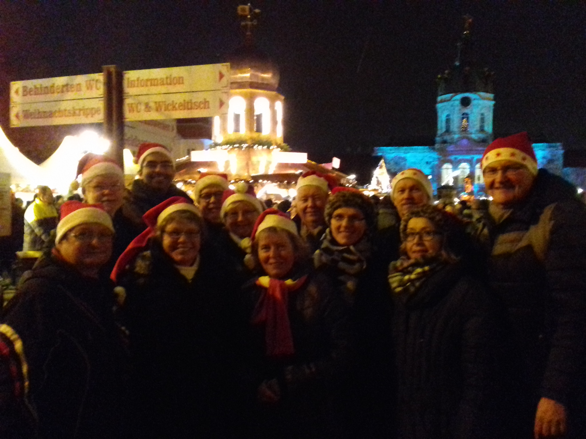 Dort treffen unseren Bowlingkameraden mit Gäste vor dem Eingang zum Weihnachtsmarkt. Alle haben die Nikolausmütze, super !