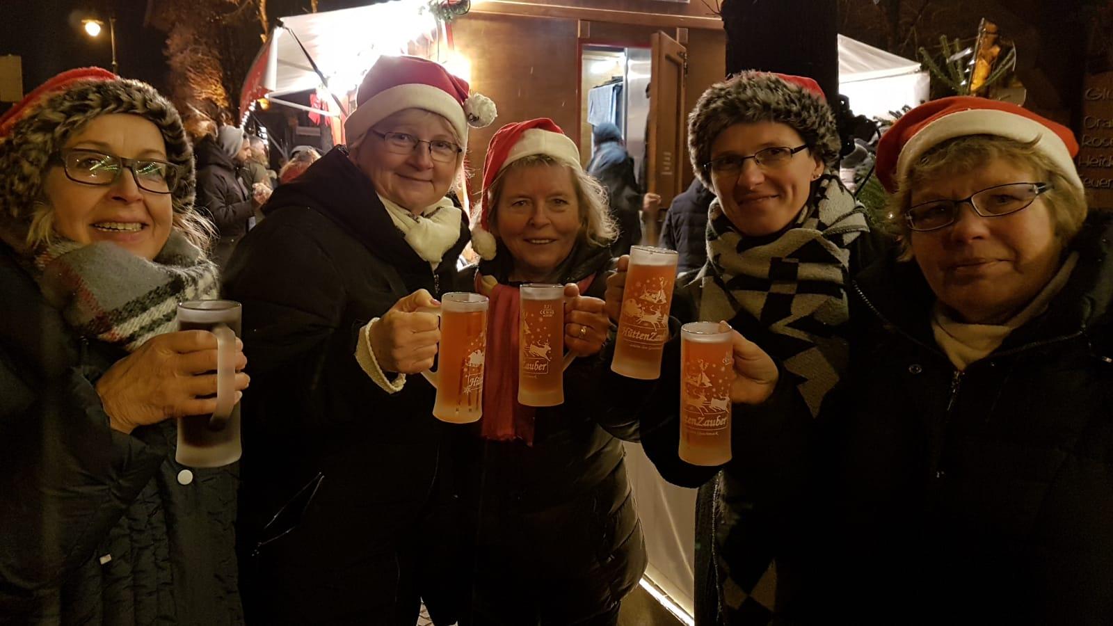 Oh sehr lecker, die Damen trinken Mango - Glühwein, huhu ! Sie sind glücklich, endlich Glühwein trinken !