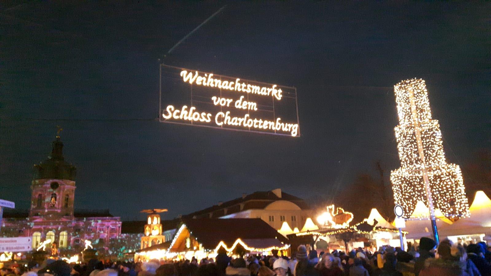 Vor dem Eingang zum Weihnachtsmarkt