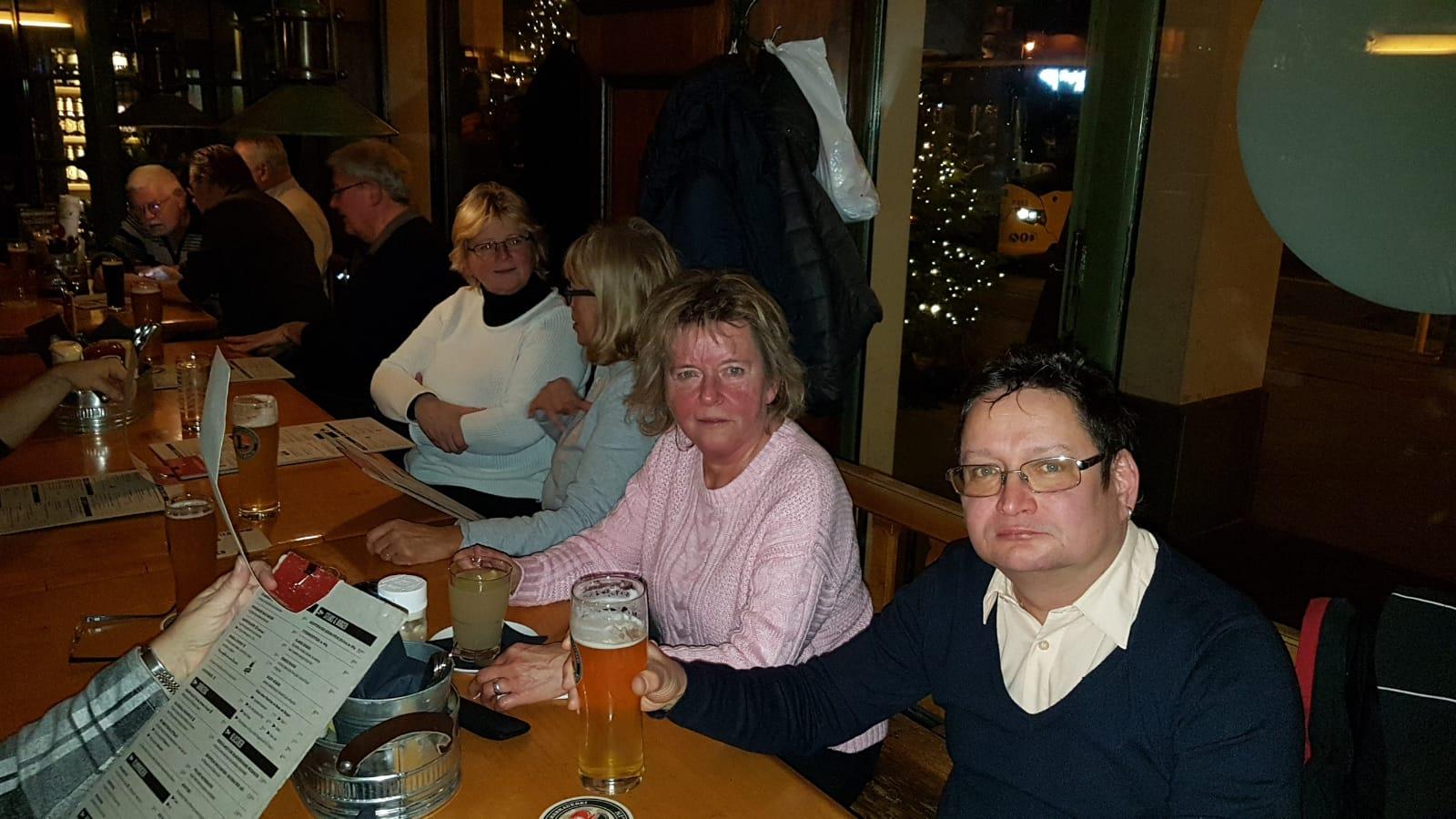 Beide warten aus Essen und Ronny greift auf Bier und trinkt gleich.