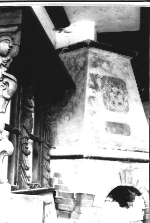 links Teile der alten Patronatsloge der Kirche Kaltenhof, Kamin mit Wappen