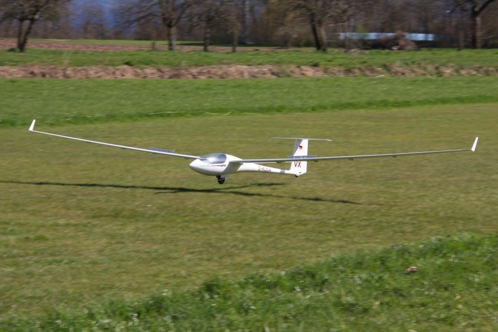 Michaels ASH31 MI mit Klapptriebwerk bei der Landung nach dem Erstflug