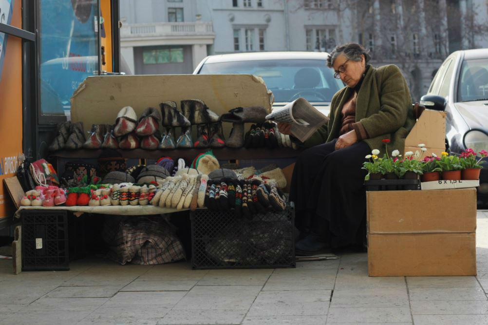 На все случаи жизни: продавец на улице предлагает зимнюю одежду и весенние цветы. Фото: Леван Микадзе