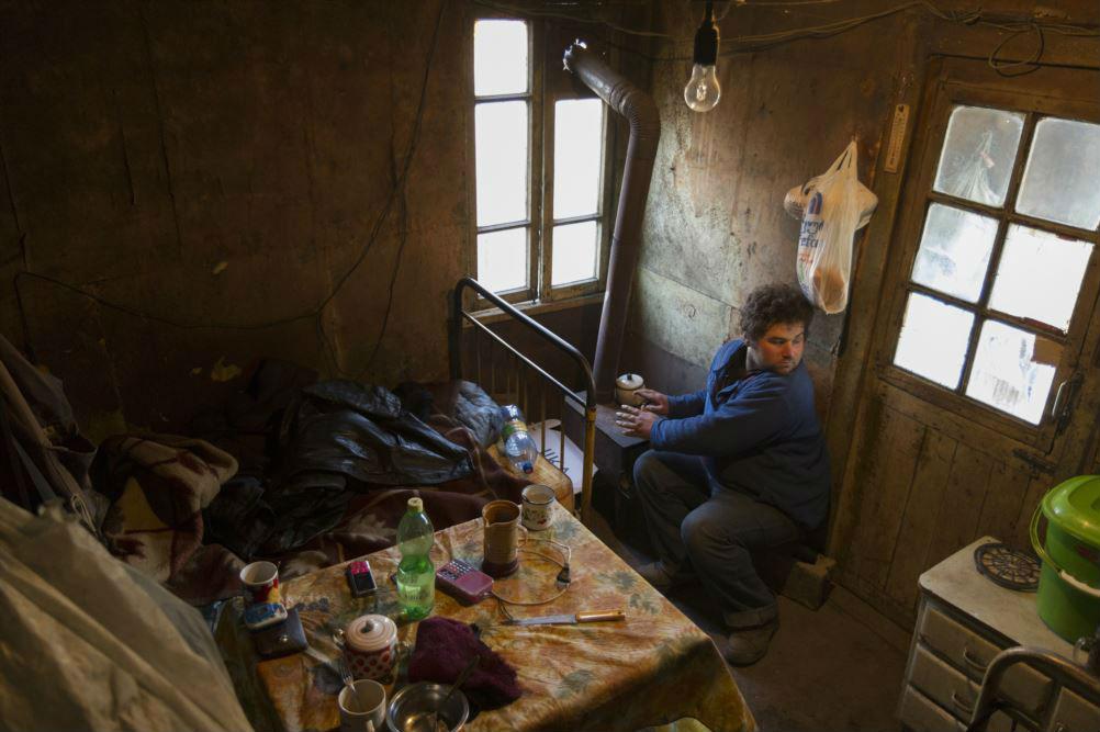 """В деревне Чхари на западе Грузии Дато Чачанидзе сфотографировал """"Колю"""". """"Он остается один, пока его мать не вернется домой. На этой фотографии он ждет свою маму""""."""
