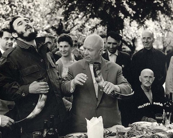 Фидель Кастро и Никита Хрущев пьют вино из рога, Грузия, 1963 год