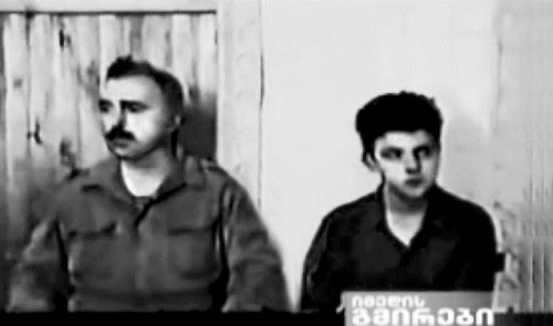 14-летний Мамука с отцом Зурабом Мамулашвили в плену у абхазских сепаратистов во время грузинско-абхазской войны. Кадр из репортажа российского ТВ, 1993 год