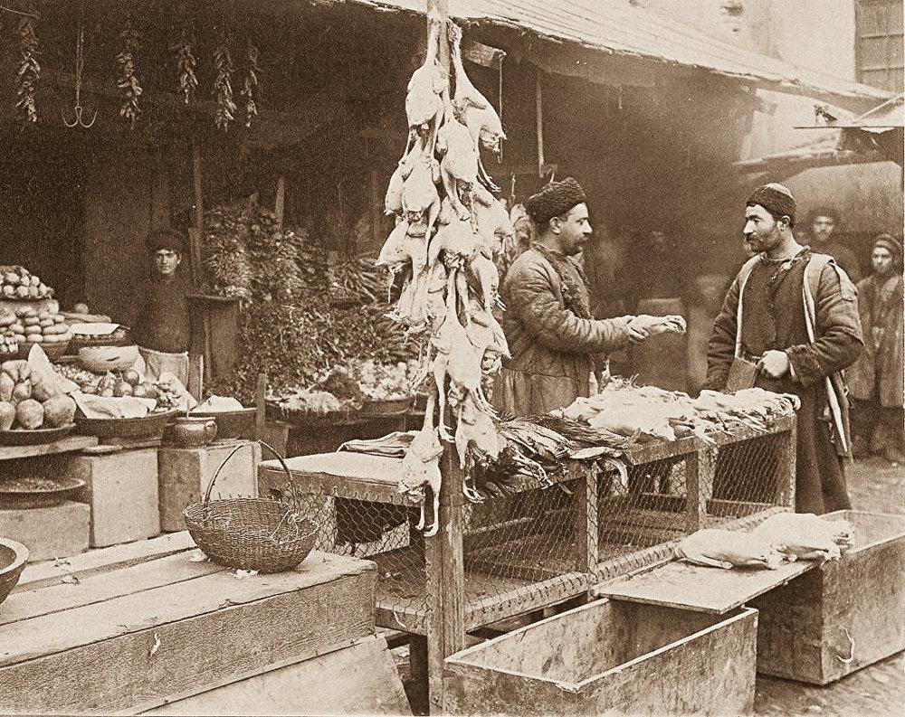 Тифлис. Продавец битой птицы и овощей на солдатском базаре.
