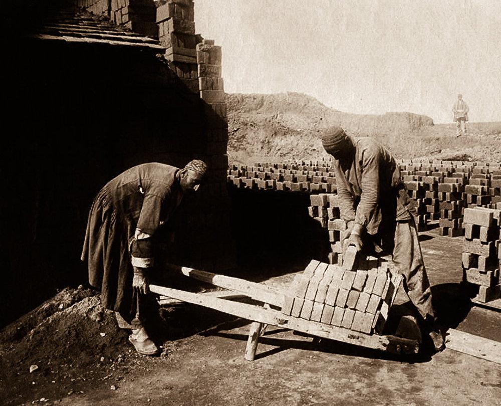 Тифлис, кирпичный завод: персы, отвозящие в печь сырцовый кирпич.