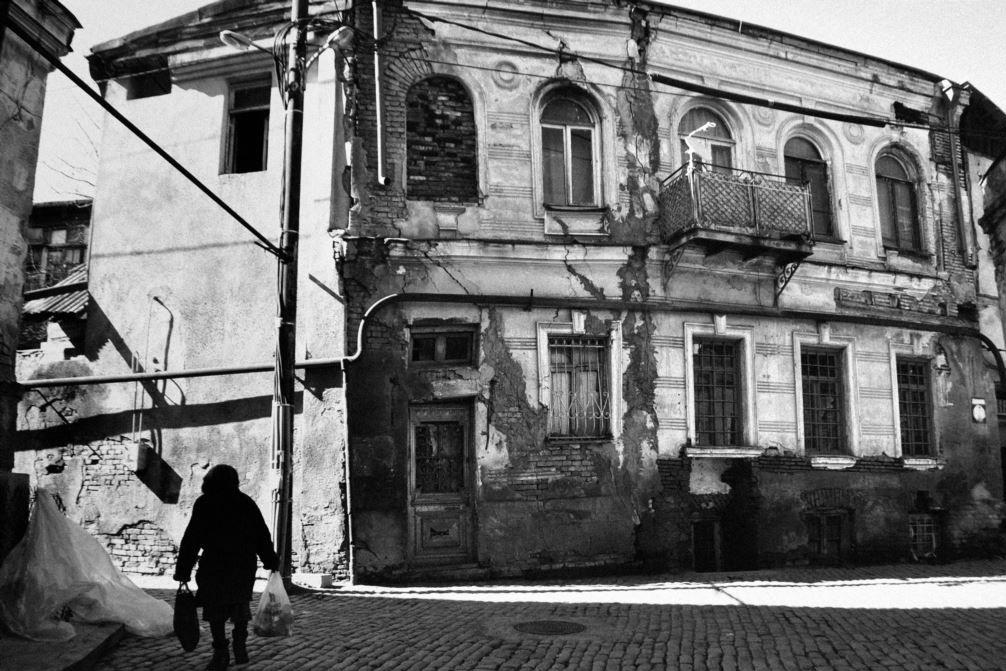 """Нанука Джапаридзе говорит, что пыталась уловить хоть один счастливый момент в старой части Тбилиси. """"Но эта фотография выглядит меланхолично. Солнечной погоды было недостаточно, чтобы создать радость, которую я помню на улицах Тбилиси. Сегодня на улицах н"""