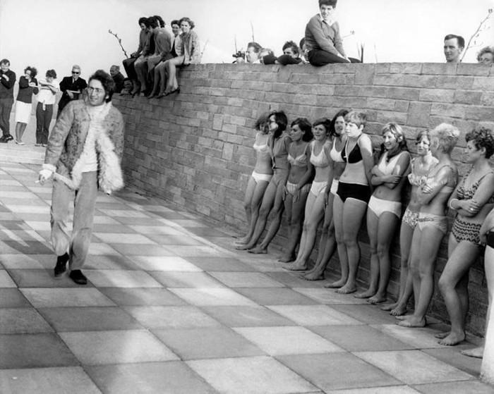 Джон Леннон на съёмках фильма Magic Mystery Tour в 1967 год