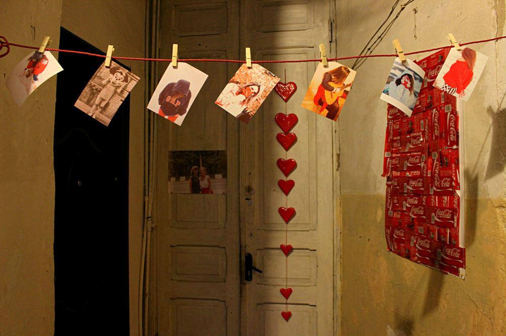 """Фотографии в коридоре в тбилисской квартире. Фотограф Тико Цхведадзе говорит, что не знает, кто здесь живет. """"Возможно, кто-то влюбленный в фотографию, или просто влюбленный""""."""