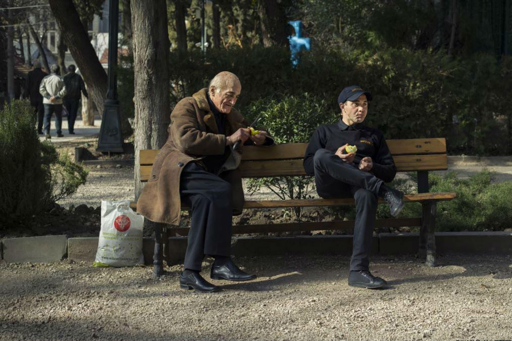 """Фотограф Indigo Fleur был в тбилисском парке роз, где наблюдал такую сцену: """"Охранник парка присел на лавочку отдохнуть на солнце, через пару минут к нему подсел пожилой мужчина. Он открыл свою сумку, достал яблоко и отдал его охраннику. Затем он вынул ещ"""