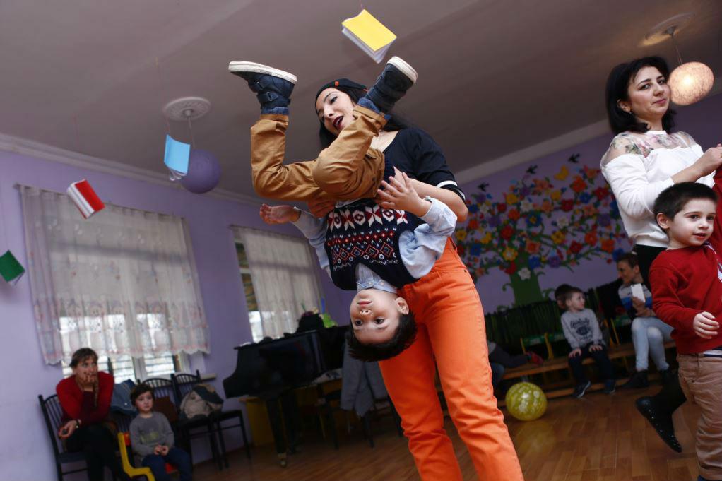 Грузинский мальчик в замешательстве от поворота событий на праздновании дня рождения в Тбилиси. Фото Майя Чхаидзе