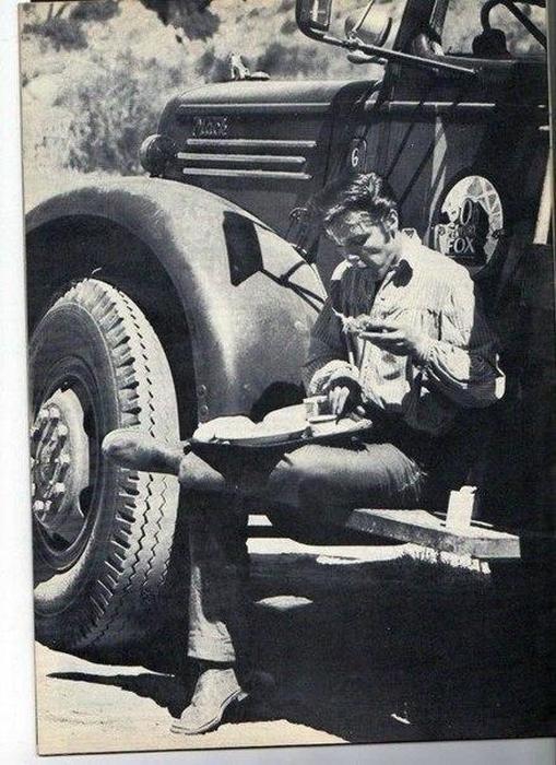 Элвис Пресли до того как стал королем рок-н-ролла, работал водителем грузовика. Обеденный перерыв, 1950-е