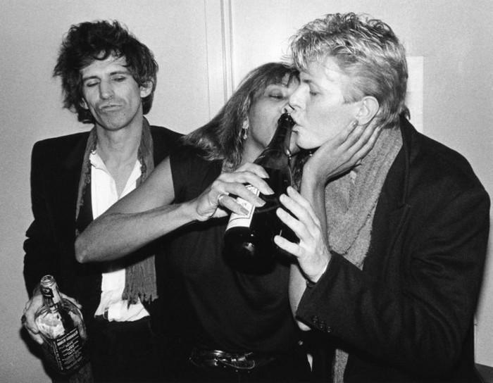 Кит Ричардс, Тина Тёрнер и Дэвид Боуи веселятся. США. 1983 год