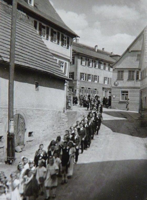 Aus dem Fotoalbum von Erwin Schroth; Hochzeitszug zur Kirche in der Kirchstrasse 1950.