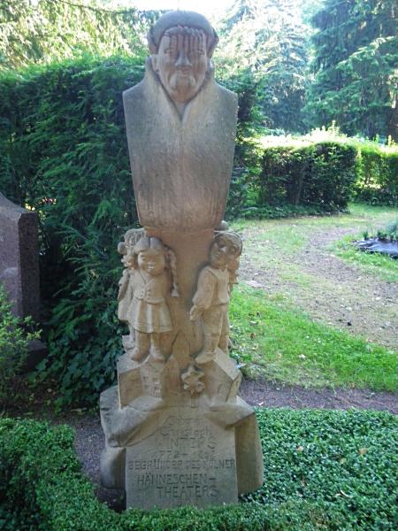 Denkmal mit Figuren aus dem Hänneschen Theater