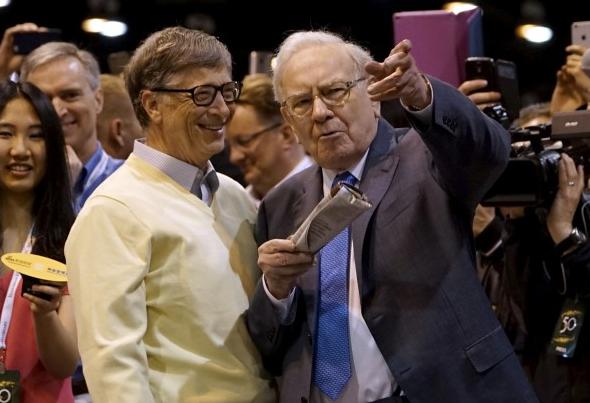 Warren Buffett unterweist Microsoft-Gründer Bill Gates in den Feinheiten des Zeitungswurfes - ein beliebter Wettbewerb, der vor jeder Berkshire-Hauptversammlung stattfindet.