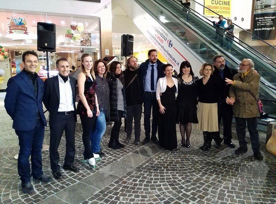 Foto di gruppo degli organizzatori, delle autorità e degli artisti.