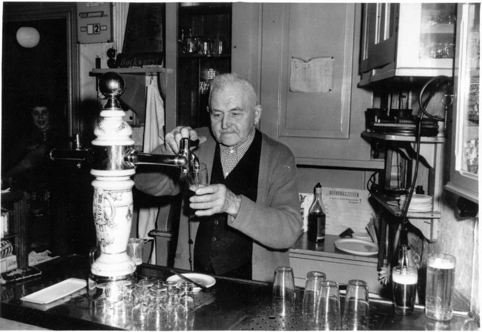 """Wirt Georg Keymer im """"Gasthaus Ragewitz"""" in Pöhsig um 1965"""