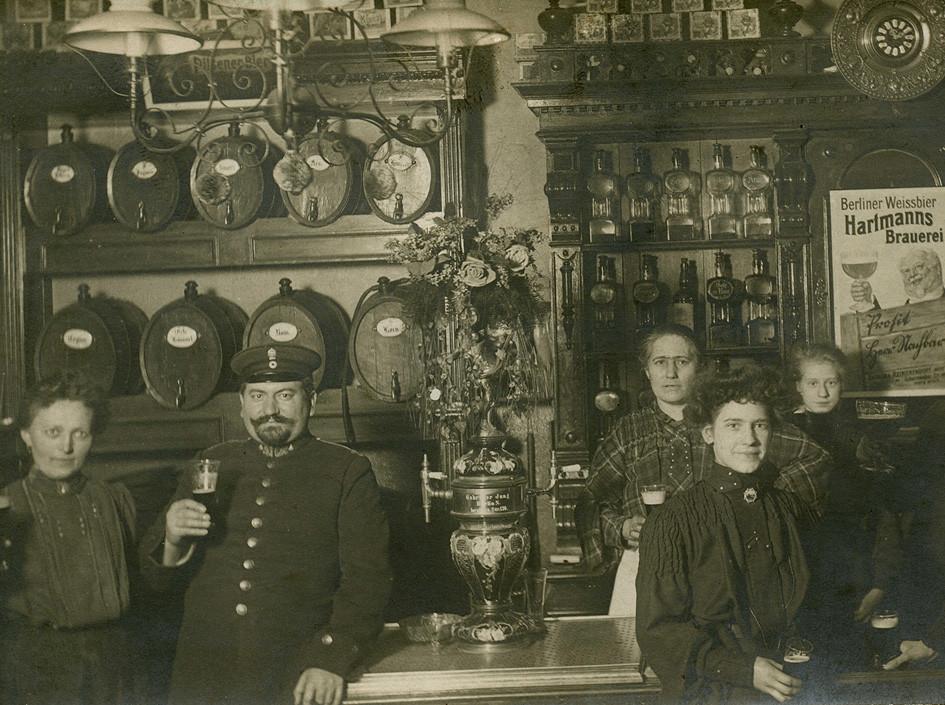 Eckkneipe in Berlin um 1900 - Majolika m. Aufsatz