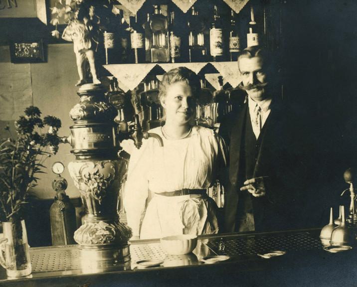 Wirtsehepaar um 1905 - Ort unbekannt - Majolika mit Biertrinker-Aufsatzfigur