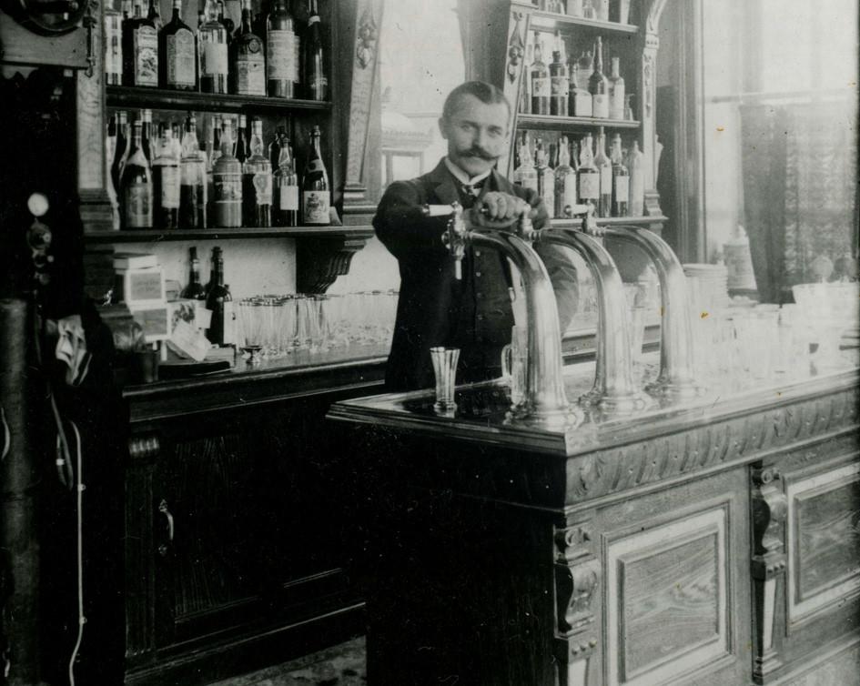Gasthaus um 1905 - Bogensäule Neusilber
