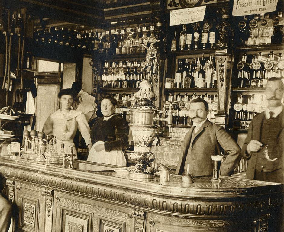 Gasthaus um 1900 - Majolika mit Gambrinus- Aufsatzfigur