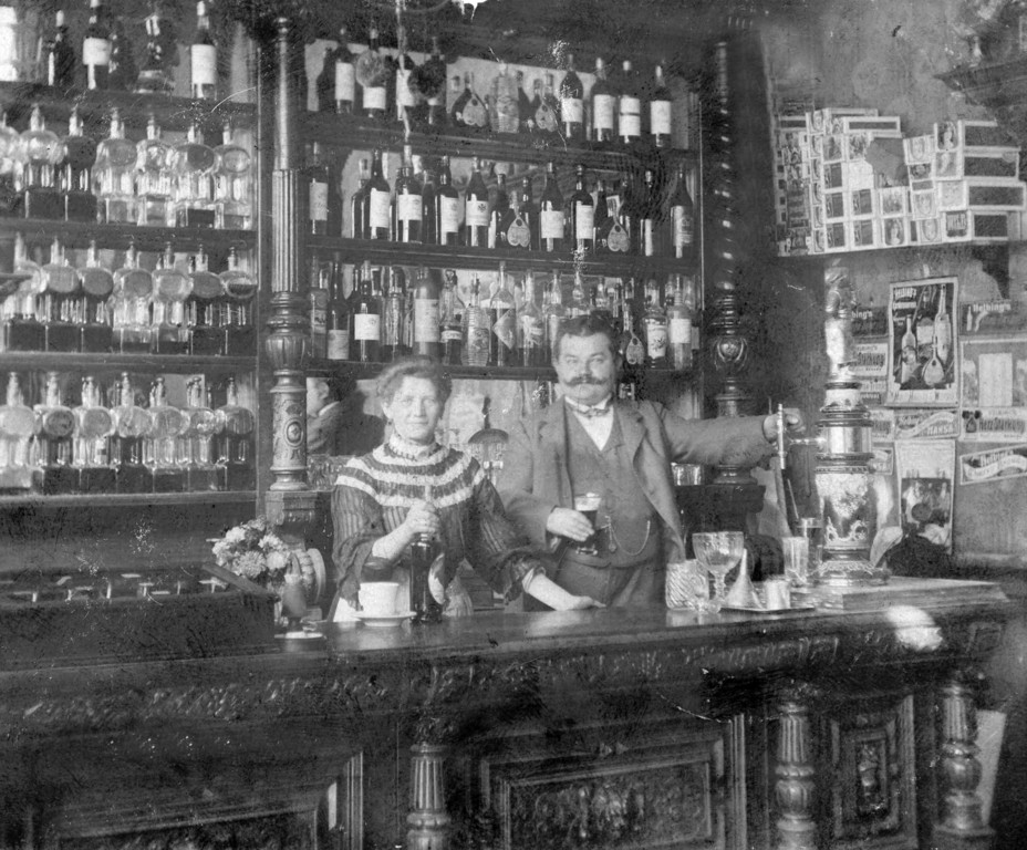 Berliner Kneipe um 1905 - Majolika mit Fassträgerfigur