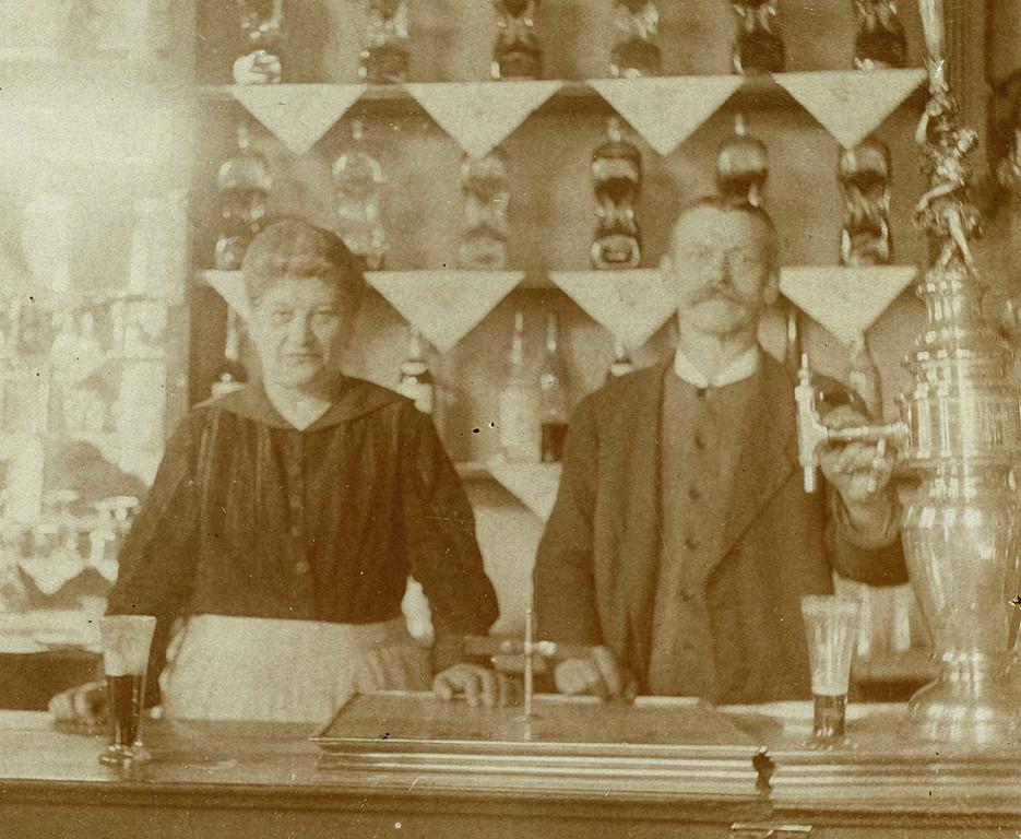 Wirtsleute um 1910 - Neusliber Säule gegossen