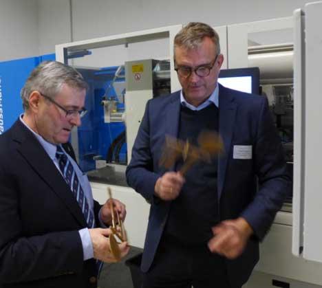 Dr. Jürgen Ude (li.) nimmt die mit DCIM hergestellten Materialproben in Augenschein. Rechts: Exipnos-Gründer Peter Putsch.  © Exipnos