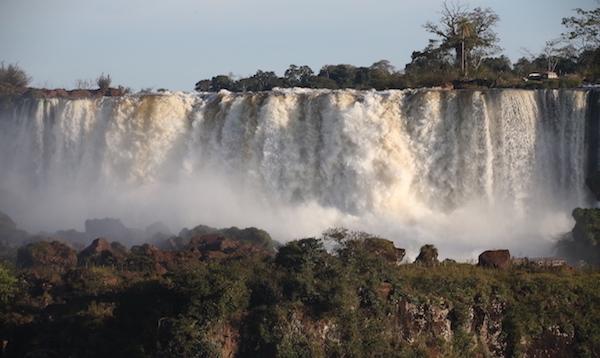 12_南米縦断旅行 アルゼンチンとブラジルをまたがるイグアス滝にて