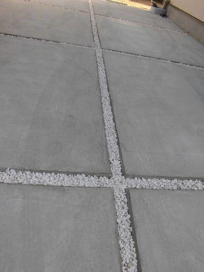 白い玉石がライン代わりに