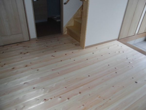 檜の無垢フローリングの玄関ホール