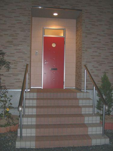 赤いアパートドアがおしゃれ