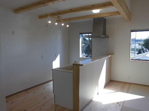 構造材の梁が見えるキッチン
