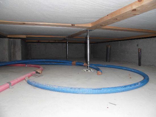 床下の断熱材施工状況を確認