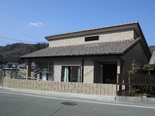 招き屋根の平屋の家