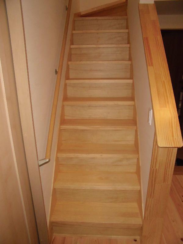 緩やかな松板張りの階段