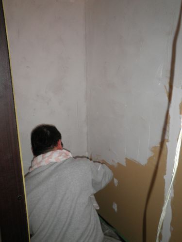 家族で漆喰塗りを楽しむ