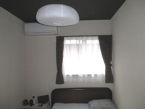 コンパクトな寝室は床面積が小さくなりローコストに